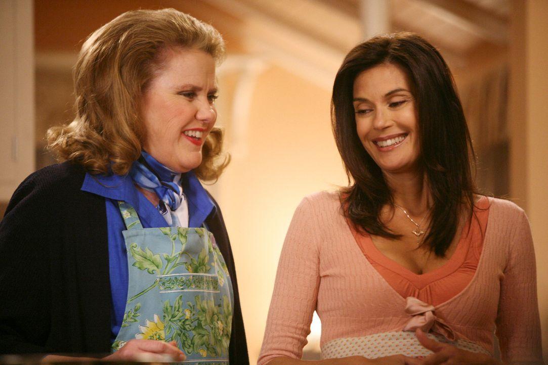 Der Muttertag steht an, weshalb Mikes Mutter Adele (Celia Weston, l.) ihren Sohn besucht. Sie hat Susan (Teri Hatcher, r.) ein Kochbuch mit all ihre... - Bildquelle: ABC Studios