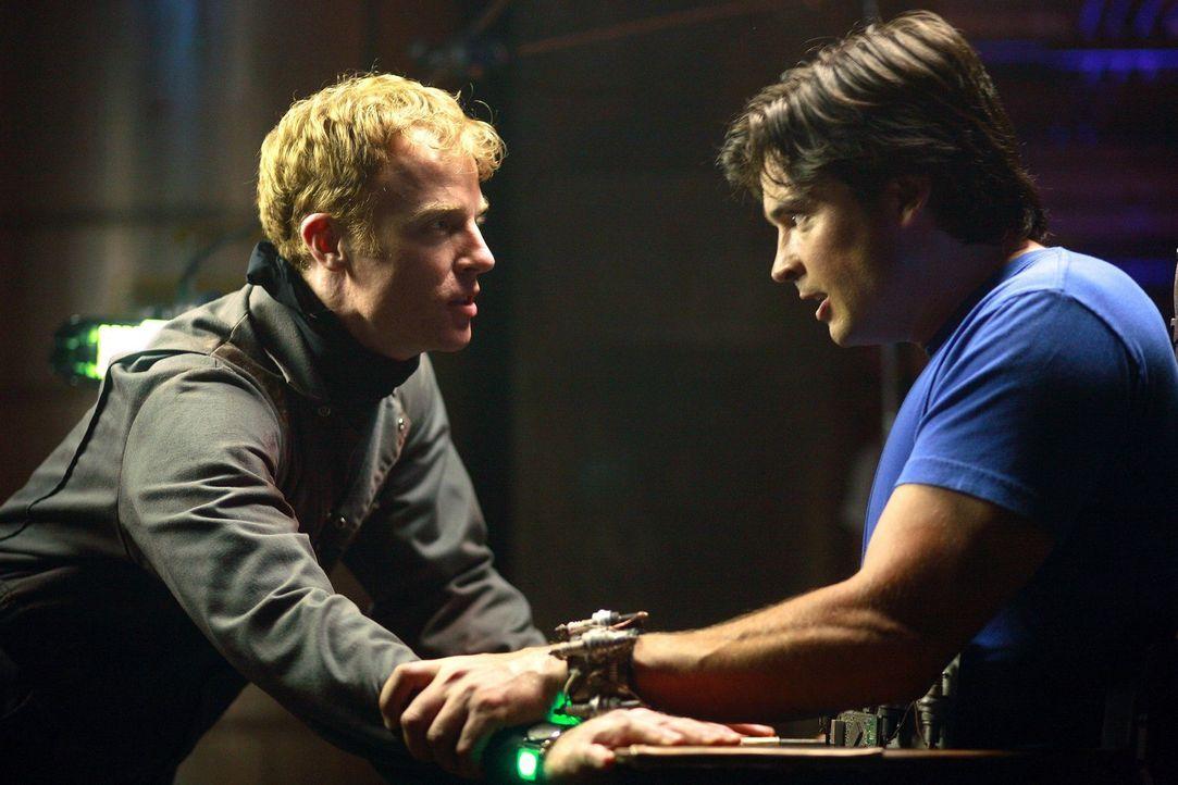 Sollte Clark (Tom Welling, r.) nicht die Wahrheit sagen, wird der durchgeknallte Juwelier (David,Lewis, l.) seine Drohungen wahr machen ... - Bildquelle: Warner Bros.