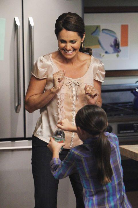 Violet (Amy Brenneman, l.) versucht alles, damit es Betsy (Hailey Sole, r.) gut geht ... - Bildquelle: ABC Studios