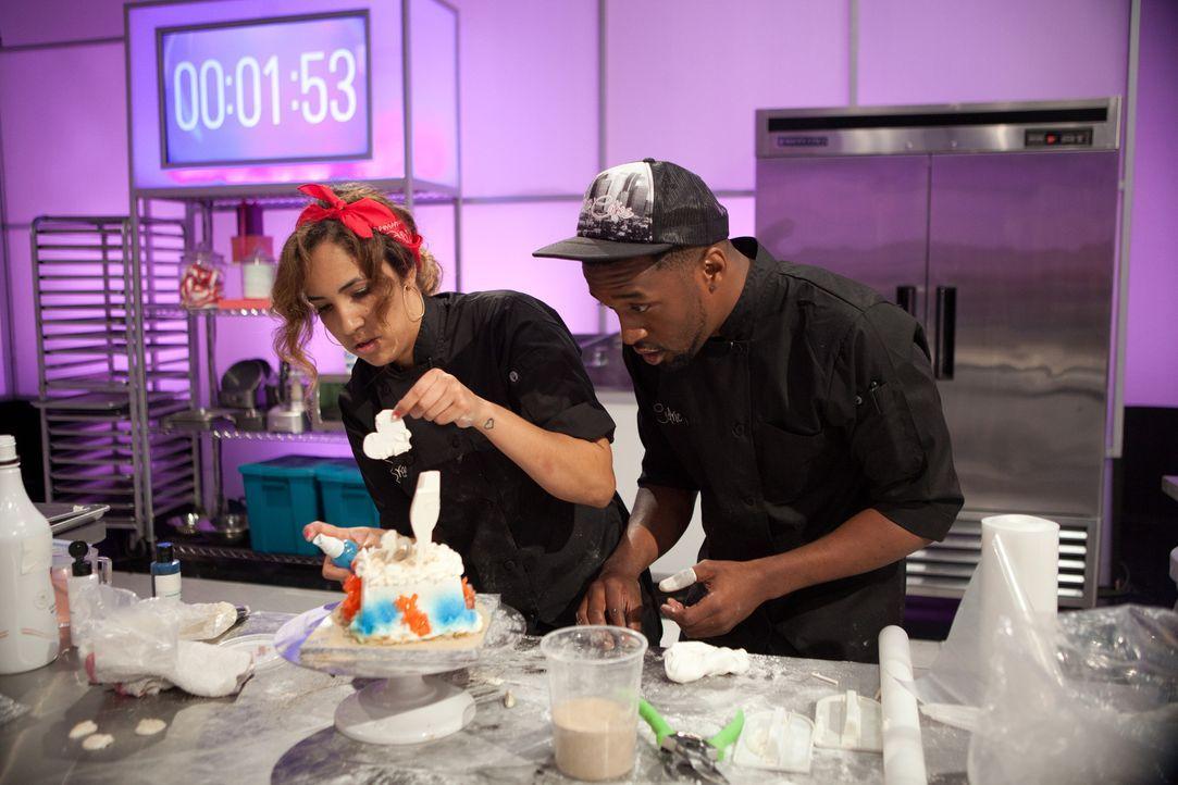 Wie wird der Kuchen von Bree Miller (l.) und ihrem Assistenten Cedric Andrews (r.) bei der Jury und vor allem bei den Verlobten ankommen? - Bildquelle: Emile Wamsteker 2015, Television Food Network, G.P. All Rights Reserved