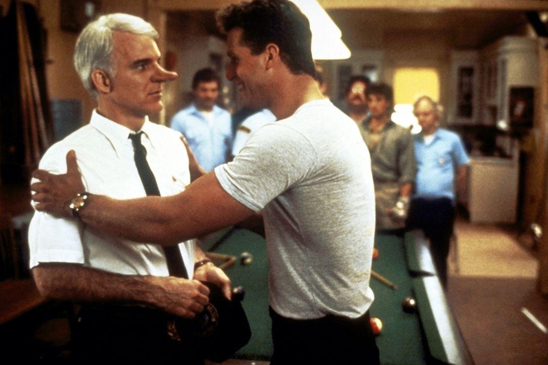 C. D. Bales (Steve Martin, vorne l.) ist rasend eifersüchtig auf den gutaussehenden Chris (Rick Rossovich, vorne r.) ... - Bildquelle: Copyright   1987 Columbia Pictures Industries, Inc. All Rights Reserved.