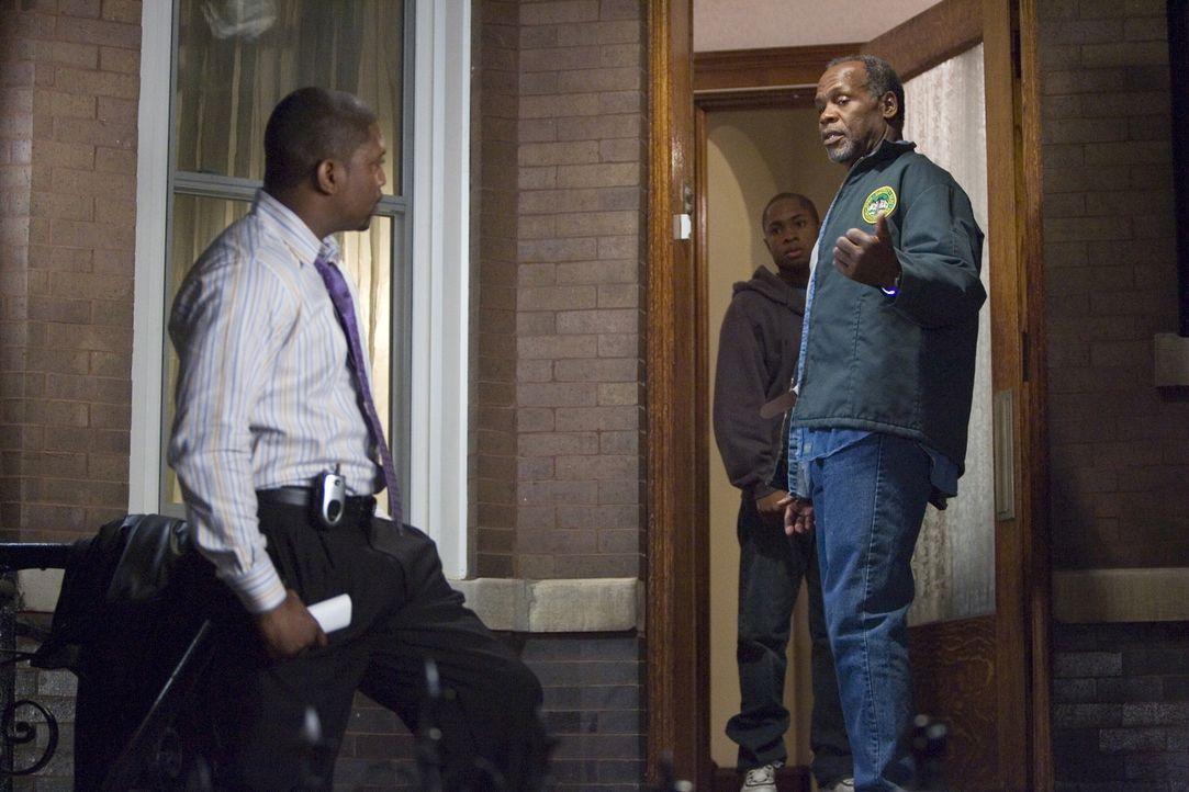 Pratt (Mekhi Phifer, l.) stellt seinen Vater, Charlie (Danny Glover, r.), erneut zur Rede. Er will wissen, warum der, nachdem er aus dem Gefängnis g... - Bildquelle: Warner Bros. Television