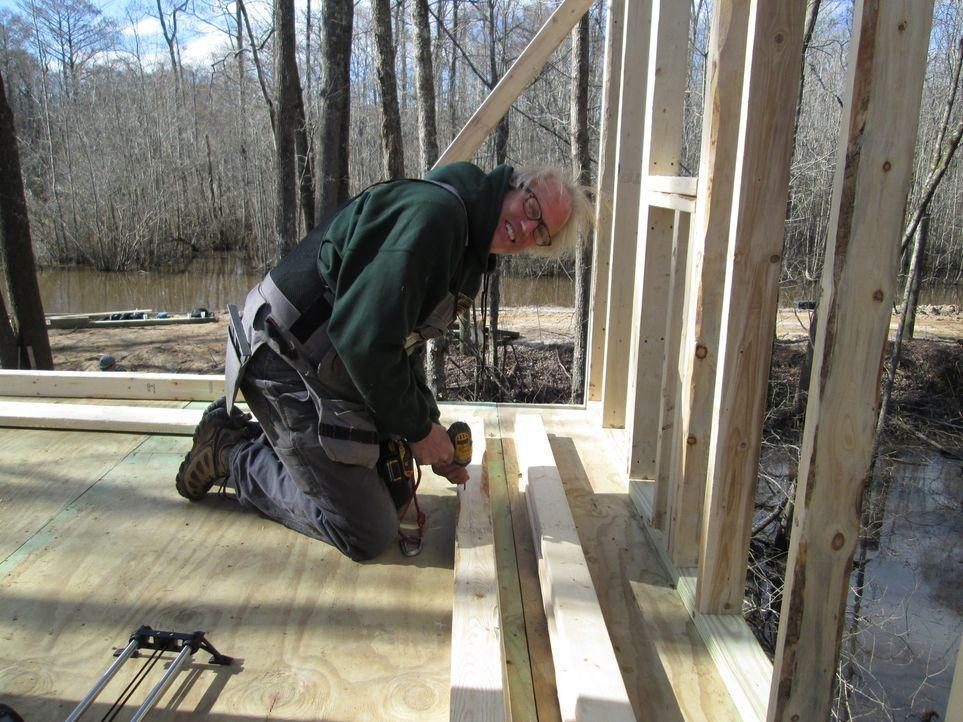 Hoch oben in den Zypressen legt B'fer mit seiner Baumhaus-Gang mal wieder Hand an und arbeitet an Baumhäusern für die Windsor-Community, die sich Unterschlupf für ihre Fischer, Kayaker und Cashie River-Liebhaber in den Bäumen wünscht ...