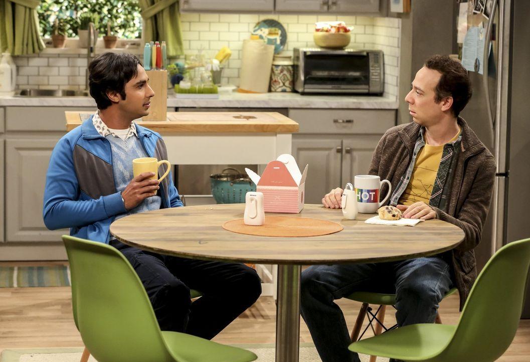 Nachdem Raj (Kunal Nayyar, l.) die Nacht mit Ruchi verbracht hat, schmiert er das Stuart (Kevin Sussman, r.) direkt aufs Brot, nicht ahnend, dass Ru... - Bildquelle: Warner Bros. Television