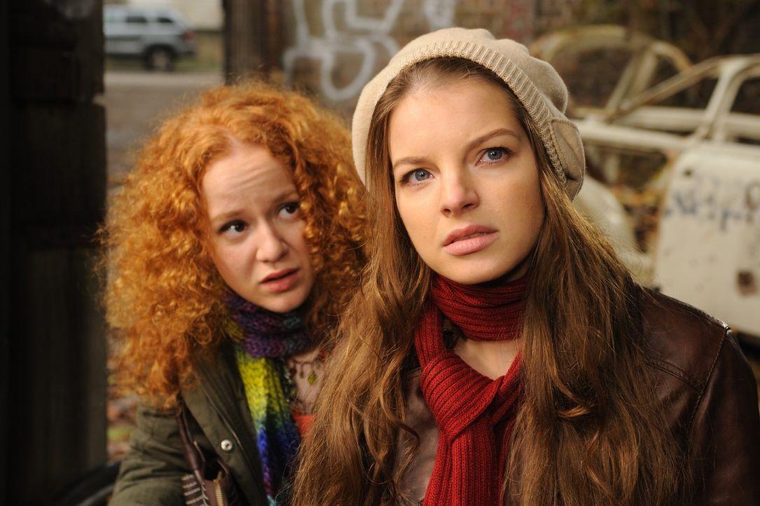 Ihre Freundin Betty (Laura Lo ZitoI, l.) ist total verwirrt. Sie sieht nichts, doch Laura (Yvonne Catterfeld, r.) ist fest davon überzeugt, dass neb... - Bildquelle: Hardy Spitz SAT.1