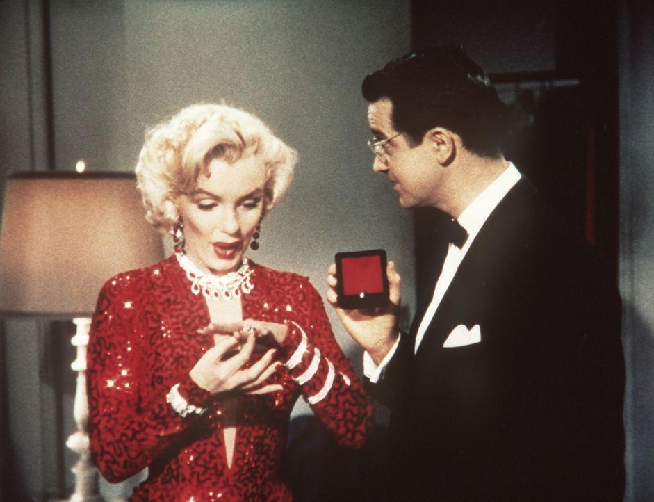 In diesem Moment weiß Lorelei (Marilyn Monroe, l.), warum sie sich den Millionärssohn Gus (Tommy Noonan, r.) geangelt hat ... - Bildquelle: 20th Century Fox Film Corporation
