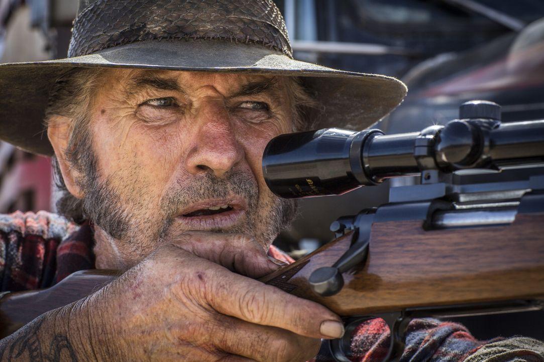 Er ist der letzte Mann, dem man im Outback begegnen möchte: Schweinejäger Mick Taylor (John Jarratt) ... - Bildquelle: Mark Rogers 2013