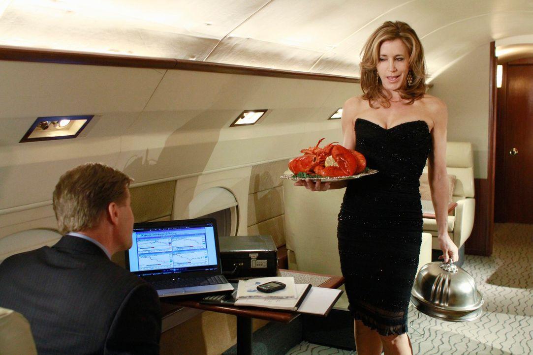 Susan trauert um einen Freund, während Lynette (Felicity Huffman, r.) voll und ganz die Vorzüge von Toms (Doug Savant, l.) neuem Job genießt ... - Bildquelle: ABC Studios