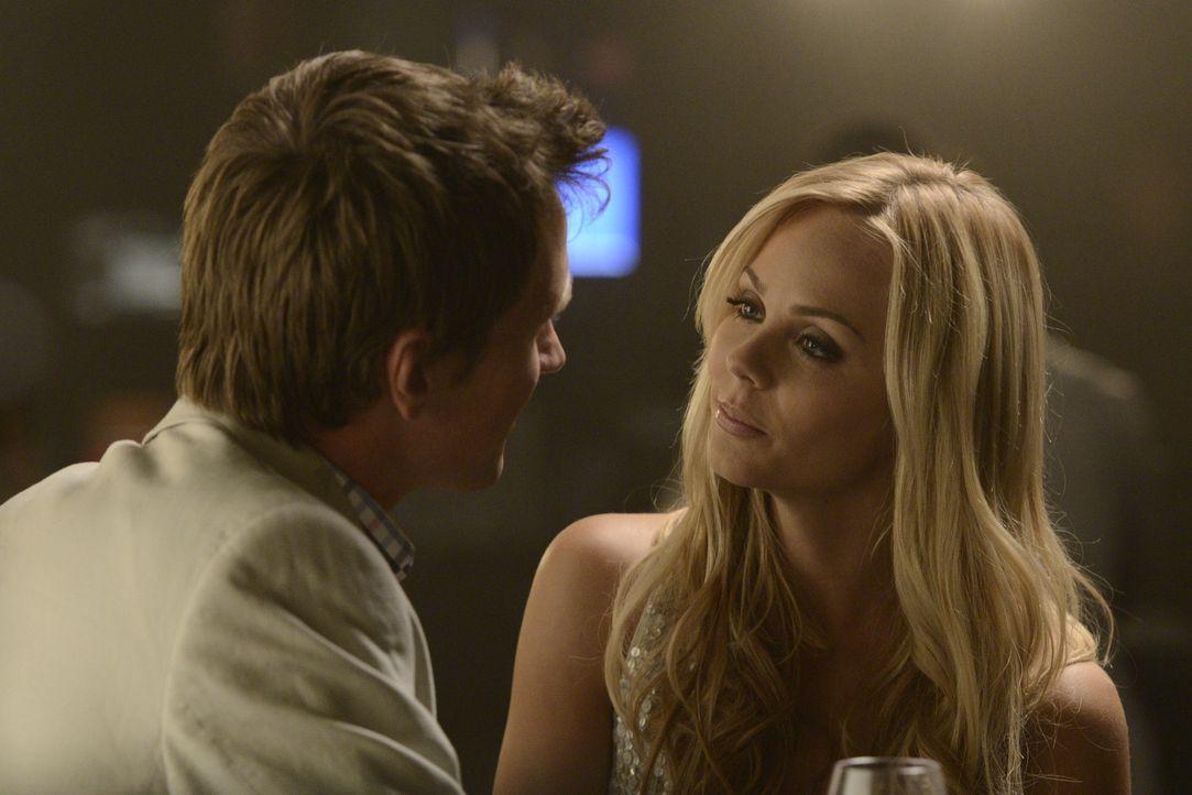 In Toronto hat sich Elena (Laura Vandervoort, r.) ein neues Leben aufgebaut und hofft darauf, dass ihr Freund Philip (Paul Greene, l.) nie hinter ih... - Bildquelle: 2014 She-Wolf Season 1 Productions Inc.