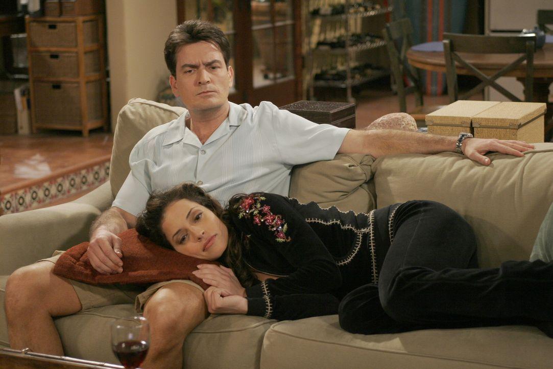 Charlie (Charlie Sheen, l.) findet Mia (Emmanuelle Vaugier, r.) sehr attraktiv und würde gerne mit ihr schlafen, doch Mia will ihre Beziehung zuers... - Bildquelle: Warner Brothers Entertainment Inc.