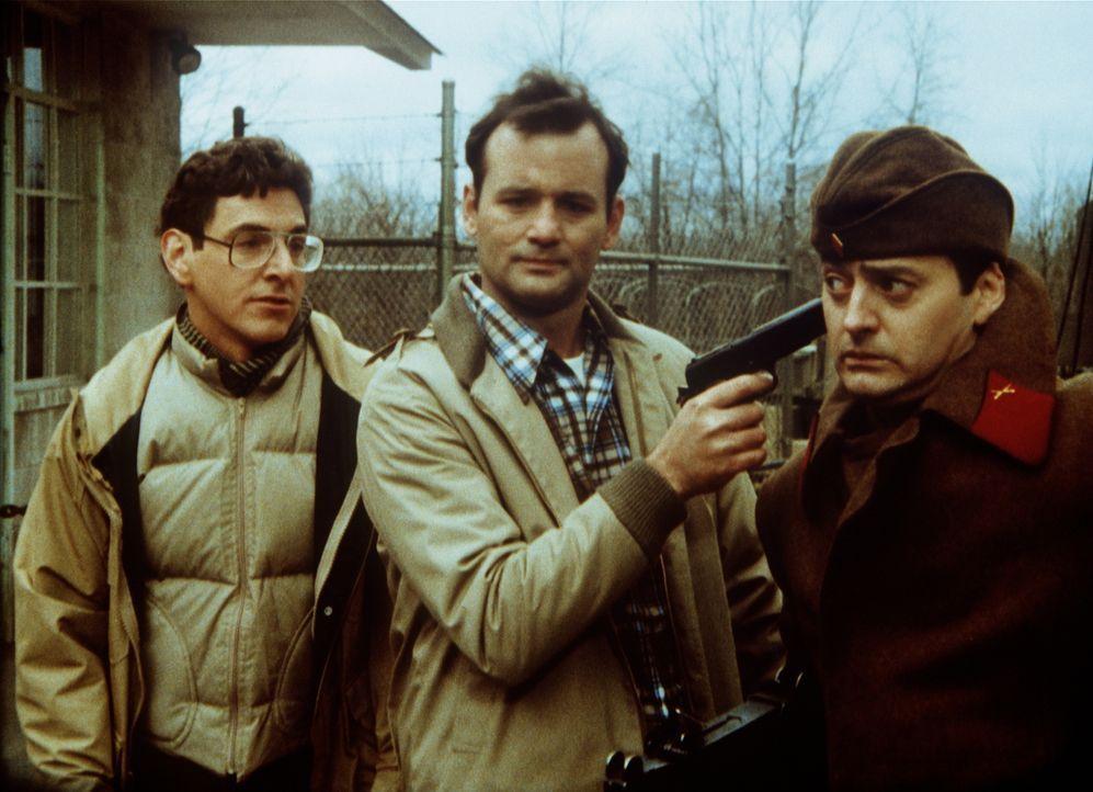 Nun liegt es an den beiden Chaoten Russell (Harold Ramis, l.) und John (Bill Murray, M.), den Suchtrupp aus der Gefangenschaft zu befreien ... - Bildquelle: Columbia Tri-Star