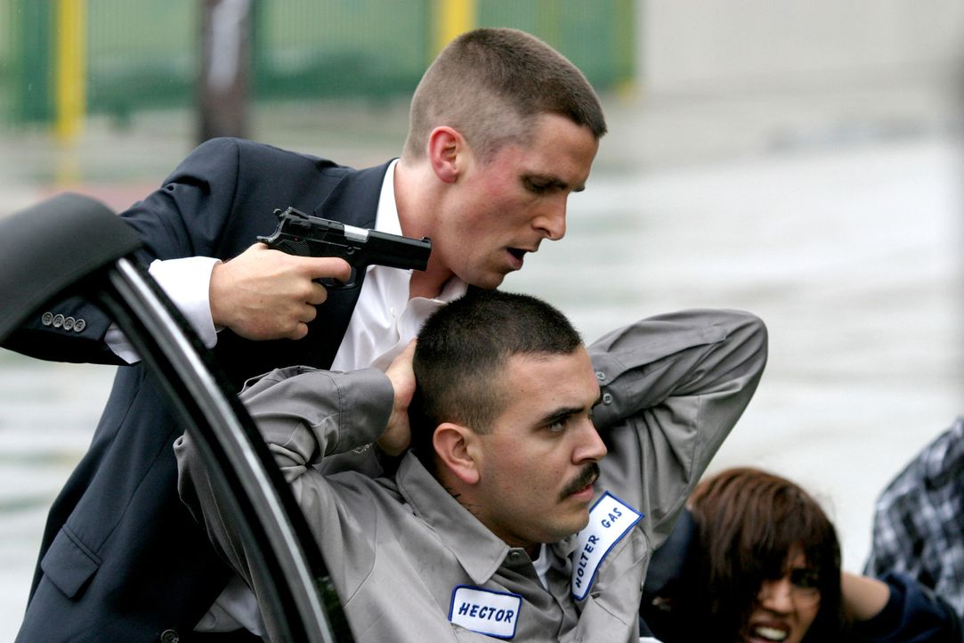 Während einer Feiertour mit seinem Freund Mike, trifft Jim Davis (Christian Bale, l.) auf seine Ex-Freundin und deren Freund Flaco (Noel Albert Gugl... - Bildquelle: 2007 Splendid Medien AG