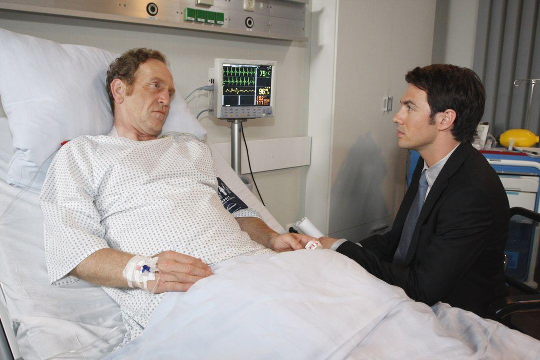 Mark (Arne Stephan, r.) ist vollkommen perplex: Adrian (Joachim Kappl, l.) hat ihm angeboten, ihn im Tausch gegen eine Organspende zum Besitzer der... - Bildquelle: SAT.1