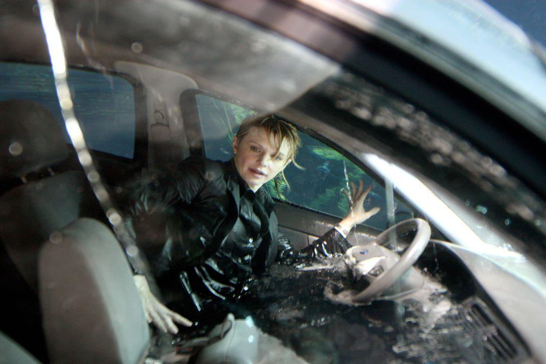 Kann sich Det. Lilly Rush (Kathryn Morris) aus dem Wagen befreien? - Bildquelle: Warner Bros.