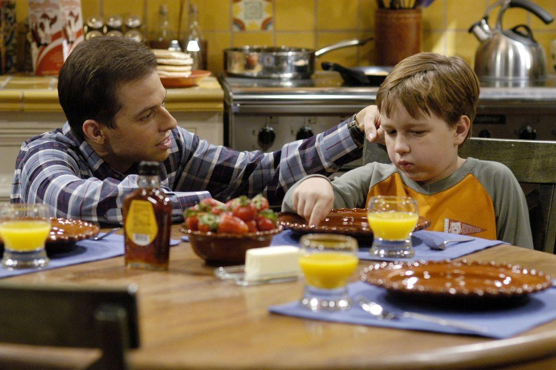 Um Jake (Angust T. Jones, r.) die Trennung von seiner Mutter zu erleichtern, hat Alan (Jon Cryer, l.) eine wunderbare Idee. Doch dann wird Jake kran... - Bildquelle: Warner Brothers Entertainment Inc.