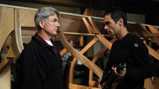 Ari (Rudolf Martin, r.) hat Gibbs (Mark Harmon, l.) auf eine falsche Fährte g...