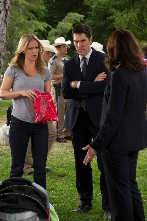 Auf der Suche nach einem gefährlichen Serientäter: Hotch (Thomas Gibson, M.), J.J. (A. J. Cook, l.) und ihre neue Kollegin Alex Blake (Jeanne Trippl... - Bildquelle: ABC Studios