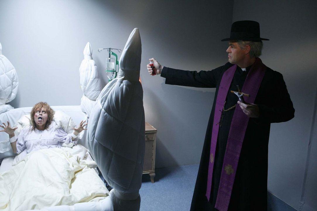 Der Pater (Michael Müller, r.) will die Besessene (Mona Sharma, l.) erlösen ... - Bildquelle: ProSieben