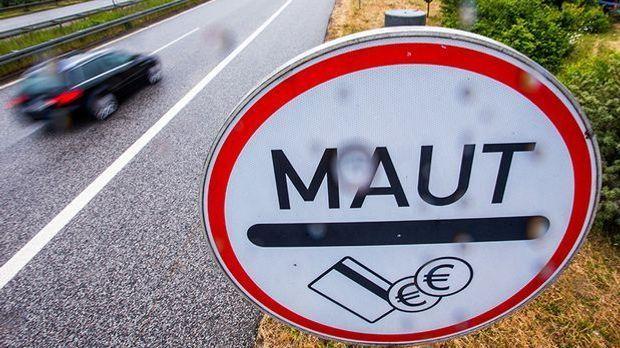 Maut-Schild neben einer Straße