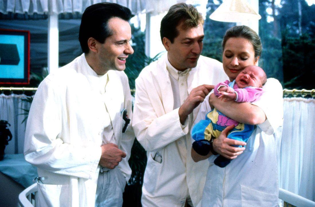 Liebevoll hält Schwester Elke (Ulrike Mai, r.) das Baby im Arm, das von seiner Mutter vor dem Krankenhaus ausgesetzt wurde. Dr. Stein (Christoph Sc... - Bildquelle: Noreen Flynn Sat.1