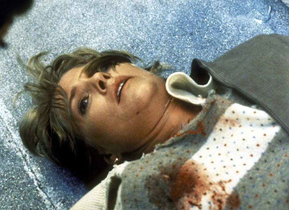 Cagney (Sharon Gless) liegt angeschossen am Boden. - Bildquelle: ORION PICTURES CORPORATION. ALL RIGHTS RESERVED.