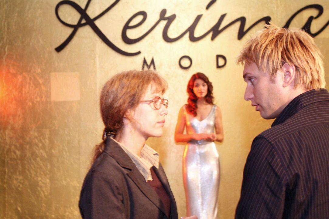Lisa (Alexandra Neldel, l.) bereitet mit Marc (Jean-Marc Birkholz, r.), dem Fotografen, das Shooting mit Mariella (Bianca Hein, M.) vor. (Dieses Fot... - Bildquelle: Monika Schürle Sat.1
