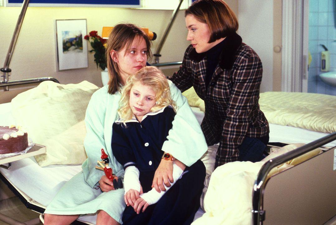 Martina Paul (Jennipher Antoni, M.) muss ihren 18. Geburtstag im Luisenkrankenhaus verbringen. Stephanie (Claudia Schmutzler, r.) spürt, dass das M... - Bildquelle: Noreen Flynn Sat.1