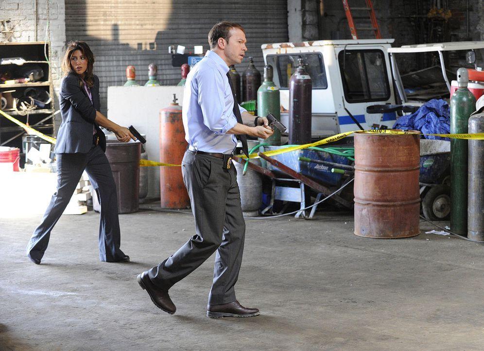 Ein neuer Fall beschäftigt Jackie (Jennifer Esposito, l.) und Danny (Donnie Wahlberg, r.) ... - Bildquelle: 2011 CBS Broadcasting Inc. All Rights Reserved
