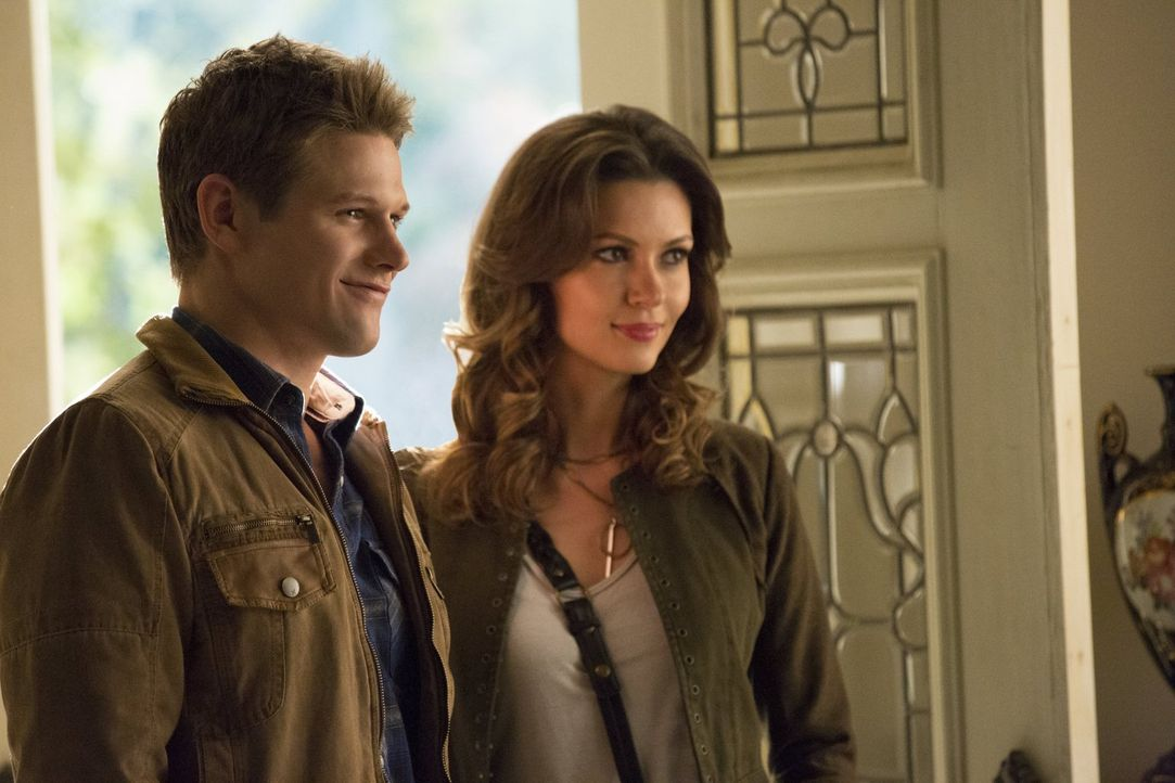 Matt (Zach Roerig, l.) und Nadja (Olga Fonda, r.) verstehen sich nach einem langen Gespräch gut. Zu gut? - Bildquelle: Warner Brothers