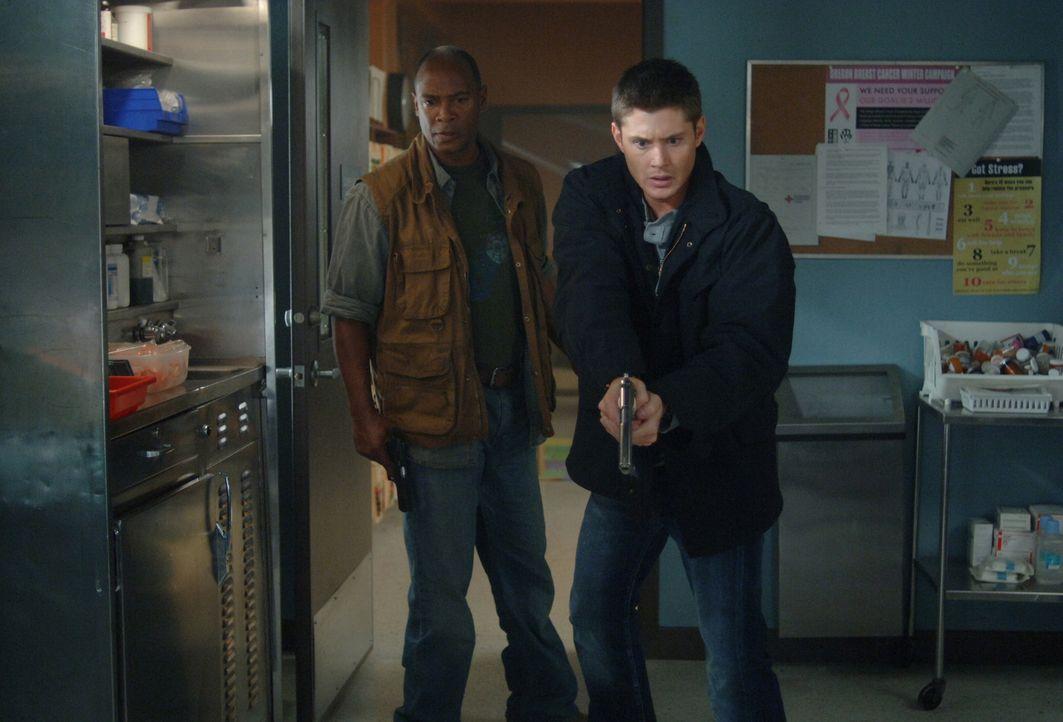 Dean (Jensen Ackles, r.) und Sarge (Bobby Hosea, l.) haben einen schlimmen Verdacht: Womöglich hat sich auch die Tote infiziert ... - Bildquelle: Warner Bros. Television