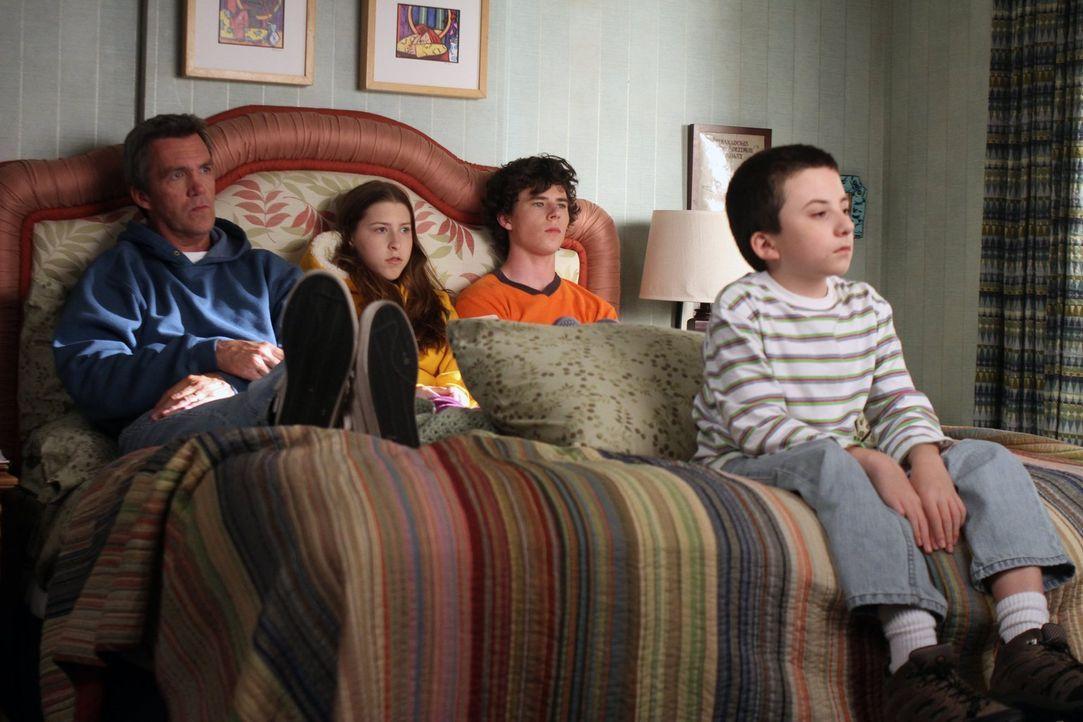 Frankie überzeugt Mike (Neil Flynn, l.), Sue (Eden Sher, 2.v.l.), Axl (Charlie McDermott, 2.v.r.) und Brick (Atticus Shaffer, r.), einen japanischen... - Bildquelle: Warner Brothers