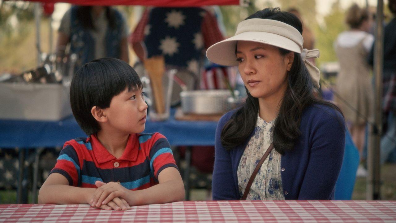 Jessica (Constance Wu, r.) fühlt sich schuldig, weil Evan (Ian Chen, l.) nicht zur Geburtstagsfeier seines besten Freundes eingeladen wurde. Sie gla... - Bildquelle: 2015-2016 American Broadcasting Companies. All rights reserved.