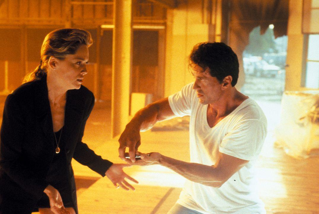 Sprengstoffexperte Ray Quick (Sylvester Stallone, r.) hat das Herz am rechten Fleck und gilt als einer der besten seines Fachs. Da beauftragt ihn Ma... - Bildquelle: Warner Brothers