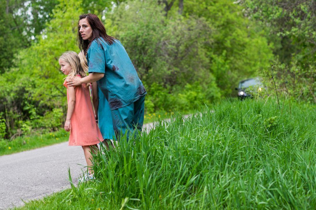 Lisa (Christina Aceto) versucht, mit ihren Kindern vor ihrem gewalttätigen Ehemann zu fliehen ... - Bildquelle: Darren Goldstein Cineflix 2015