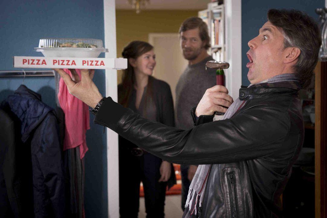 Isa (Luise Risch, l.) und Mick (Henning Baum, M.) amüsieren sich köstlich über Meisners (Robert Lohr, r.) Pizzaservice ... - Bildquelle: Martin Rottenkolber SAT.1