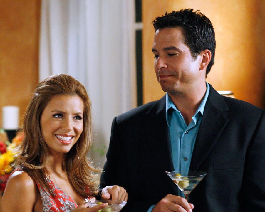 Gabrielle (Eva Longoria, l.) will Carlos mit Phil Lopez (Marco Sanchez, r.) eifersüchtig machen ... - Bildquelle: 2005 Touchstone Television  All Rights Reserved