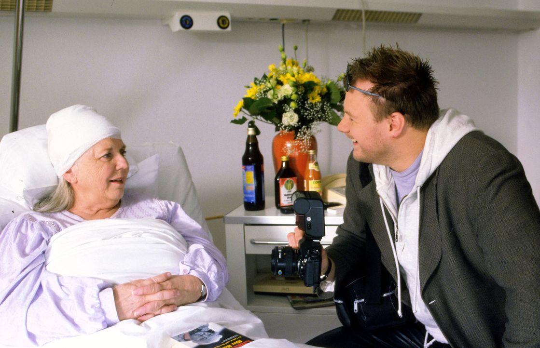 Im Krankenhaus wird Resi Berghammer (Ruth Drexel, l.) von Lokal-Reporter Goetz (Michael Grimm, r.) besucht, der sie geschickt ausfragt. Bereitwillig... - Bildquelle: Magdalena Mate Sat.1