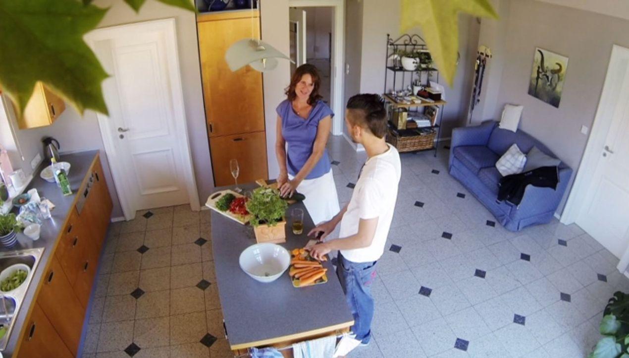 Riccardo (r.) geht durch die Hölle, als er die Mutter (Bente Lay, l.) seiner Freundin kennenlernt ... - Bildquelle: SAT.1