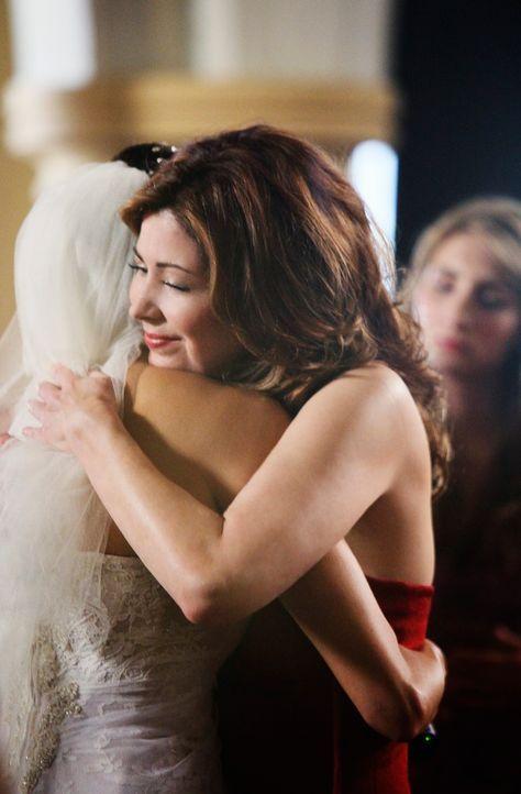 Nachdem sich Mike für Susan (Teri Hatcher, l.) entschieden hat, gibt sich Katherine (Dana Delany, r.) nach außen hin versöhnlich, doch in Wirklichke... - Bildquelle: ABC Studios