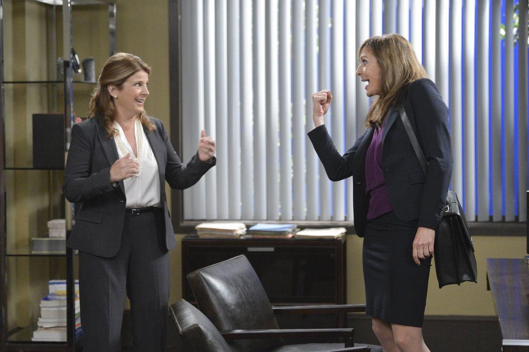 Bonnie (Allison Janney, r.) macht sich auf die Suche nach einem neuen Job. Louanne (Alison LaPlaca, l.) erkennt ihr Talent und bietet ihr einen Job... - Bildquelle: Warner Bros. Television