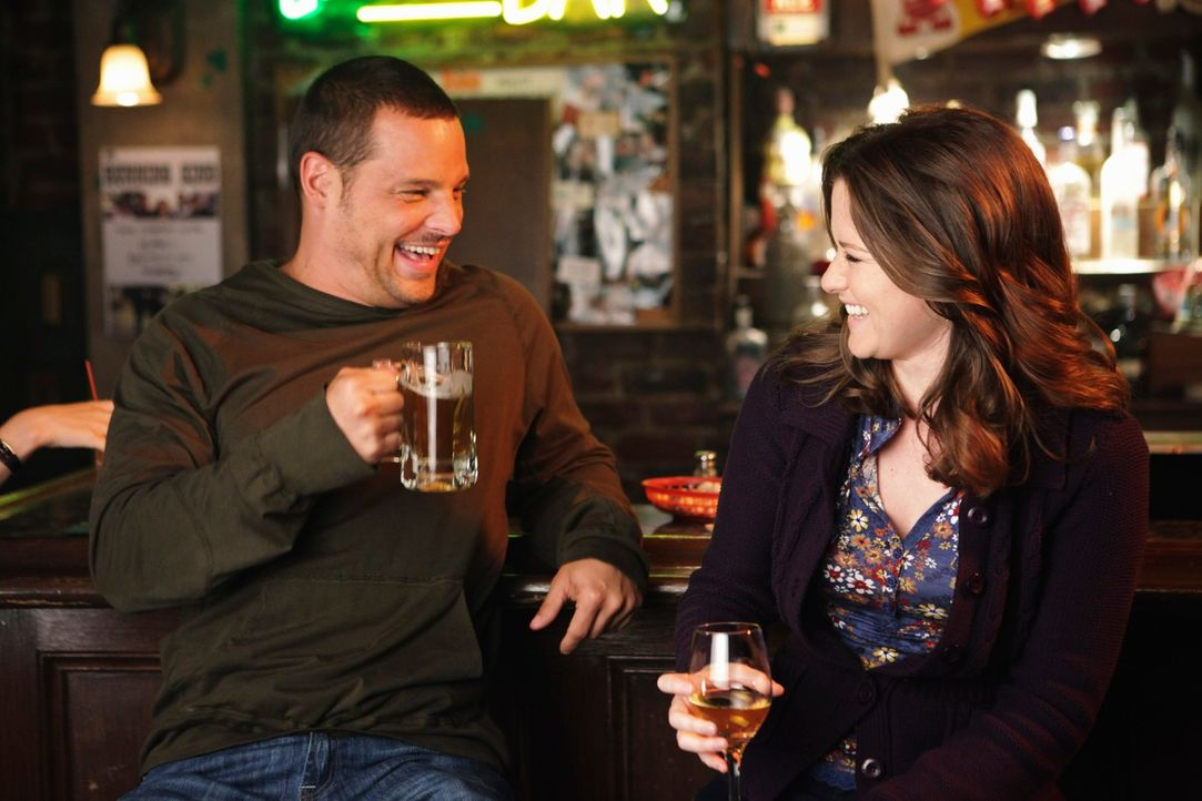 Feiern ihr bestandenes Katastrophentraining: April (Sarah Drew, r.) und Alex (Justin Chambers, l.) ... - Bildquelle: ABC Studios