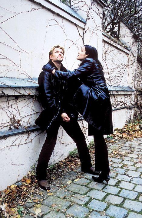 Auf der Jagd nach der noch fehlenden letzten Figur, der Dame, glaubt Jill (Bettina Zimmermann, r.), David (Thure Riefenstein, l.) zu einem Bruch üb... - Bildquelle: Jeanne Degraa ProSieben
