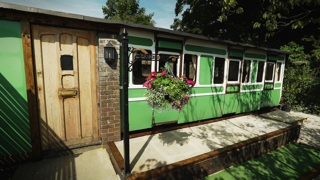 Spannende Aufgabe: Ein Pärchen werkelt an einem alten Eisenbahnwaggon, den sie in ein gemütliches Gästequartier umwandeln wollen. Wie kann Architekt... - Bildquelle: Plum Pictures
