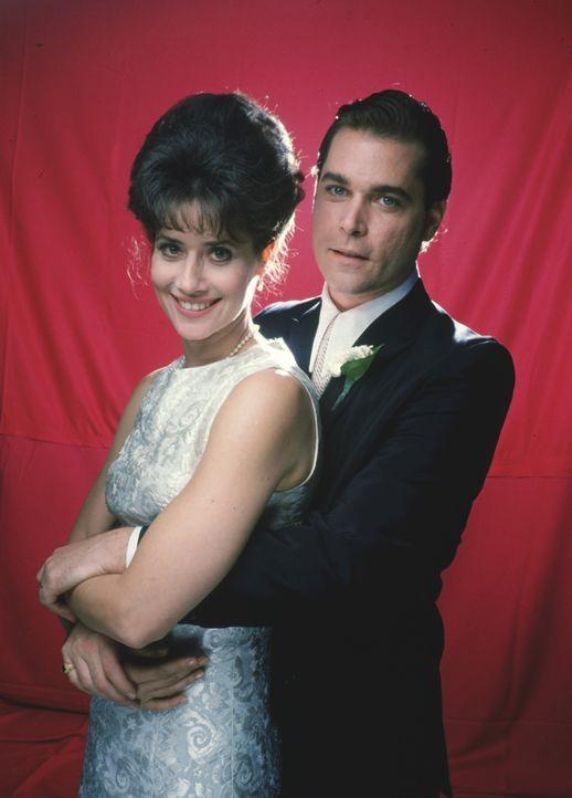 Die hübsche Karen (Lorraine Bracco, l.) hat keine Ahnung, dass ihr Mann Henry Hill (Ray Liotta, r.) ein gut organisiertes Doppelleben führt ... - Bildquelle: Warner Bros.