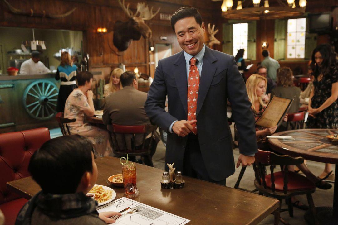"""Louis' (Randall Park) Restaurant erhält auf der Website """"Phil's Phaves"""" eine schlechte Kritik. Er und seine Frau sind deshalb äußerst beunruhigt, mü... - Bildquelle: 2015-2016 American Broadcasting Companies. All rights reserved."""