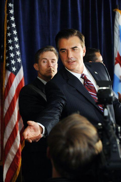 Als Peter (Chris Noth, r.) während der Pressekonferenz Alicia auf das Podium bitten möchte, ruft Will noch einmal an ... - Bildquelle: CBS Studios Inc. All Rights Reserved.