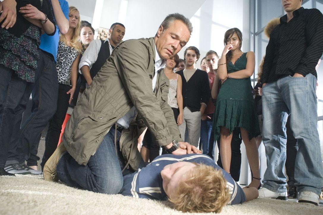Lässt sich total volllaufen: Svens (Philipp Gerstner, liegend) Retter ist ausgerechnet sein ärgster Widersacher Harald Westphal (Hannes Jaenicke,... - Bildquelle: Sat.1