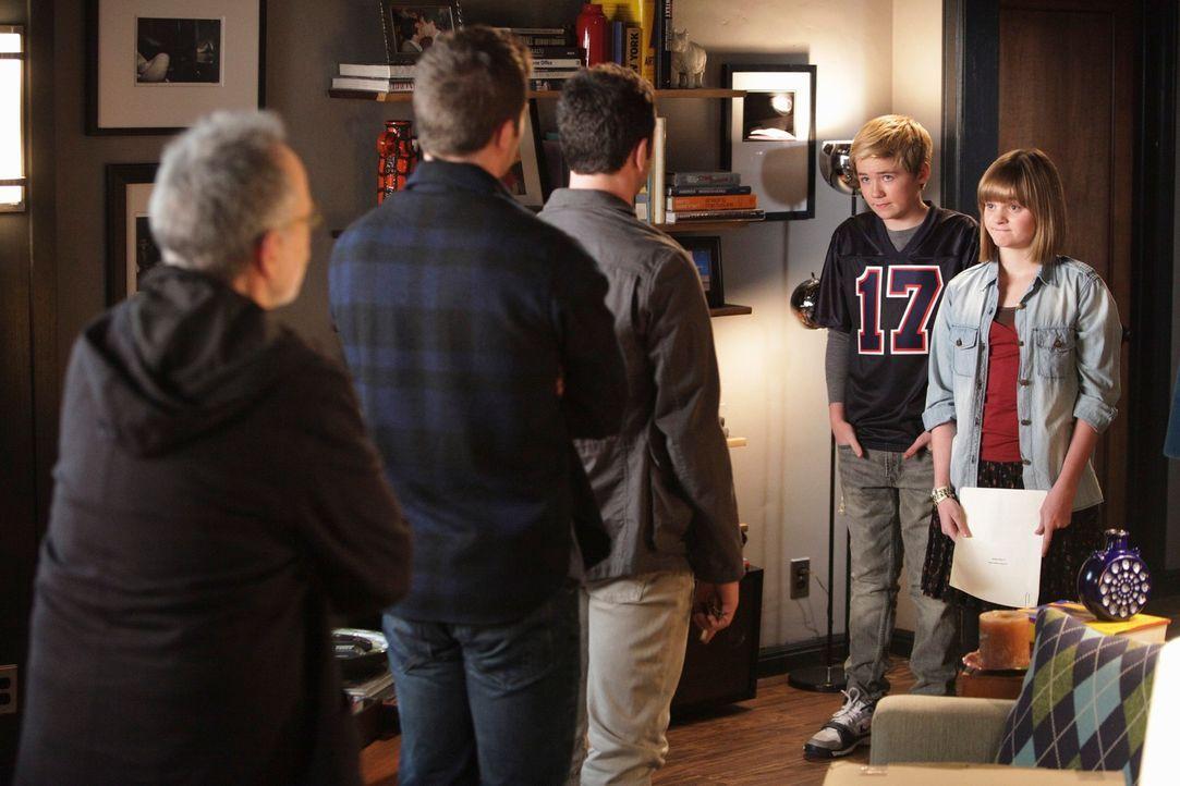 Saul (Ron Rifkin, l.), Scotty (Luke Macfarlane, 2.v.l.) und Kevin (Matthew Rhys, M.) können es nicht glauben, als plötzlich Paige (Kerris Dorsey,... - Bildquelle: 2010 American Broadcasting Companies, Inc. All rights reserved.