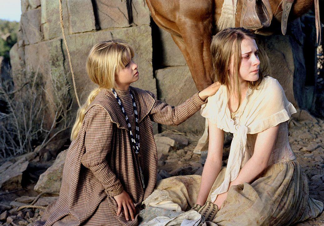 Geraten in die Hand eines Wahnsinnigen: Lilly (Evan Rachel Wood, r.) und Dot (Jenna Boyd, l.) ... - Bildquelle: 2004 Sony Pictures Television International. All Rights Reserved.