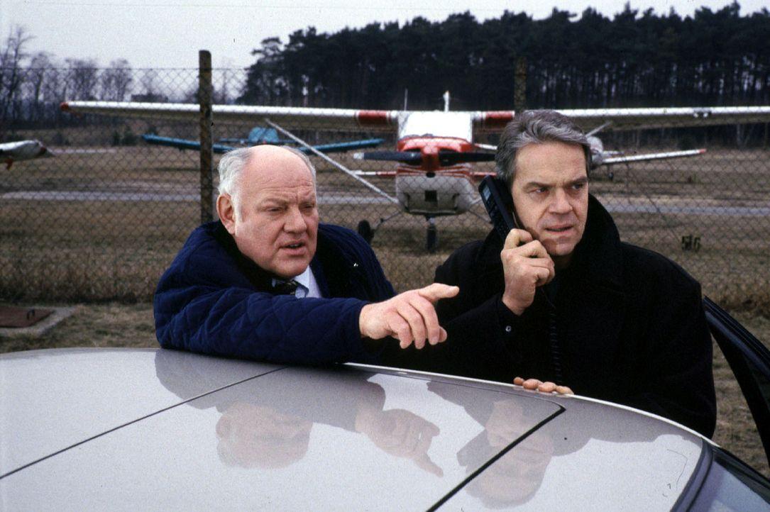 Kommissar Wolff (Jürgen Heinrich, r.) und Kommissar Sawatzki (Klaus Pönitz, l.) sind dem Drogendealer Rottleben auf der Spur ... - Bildquelle: Alfred Raschke Sat.1